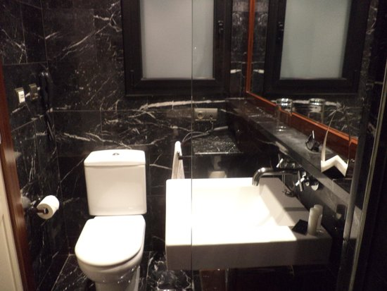 U232 Hotel: Second bathroom with shower