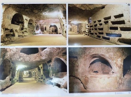Katakomben des hl. Johannes (Katakomben von Syrakus): Pictures of the Catacombs at the entrance