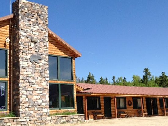 Black Bear Lodge of Grand Lake: lodge area next to ground level rooms