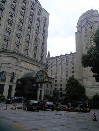 Grand Park Jiayou Hotel: outside of hotel looks better than it is