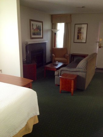 Hawthorn Suites By Wyndham Fishkill/Poughkeepsie Area: King Suite Sitting Area