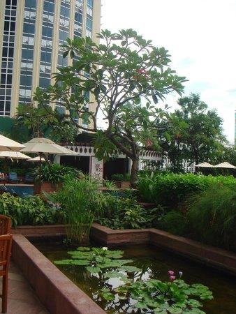 Plaza Athenee Bangkok, A Royal Meridien Hotel : дворик