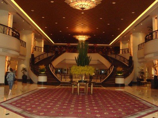 Plaza Athenee Bangkok, A Royal Meridien Hotel : холл
