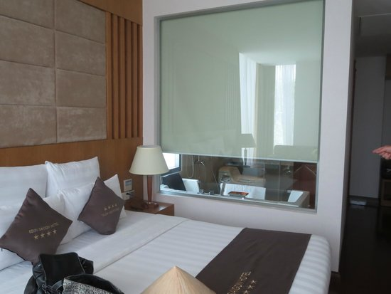 EdenStar Saigon Hotel: Edensuite Blick ins Bad
