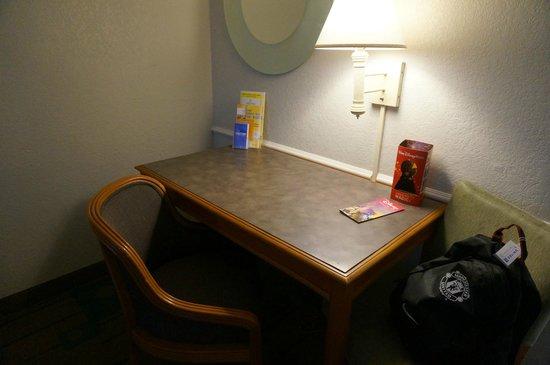 Quality Inn at International Drive: Рабочий стол с креслами