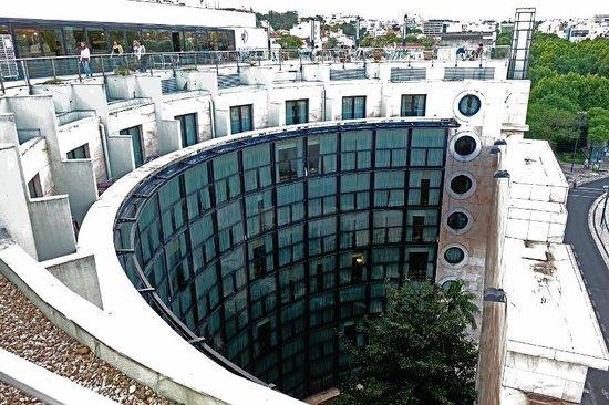 VIP Executive Eden Aparthotel: Forme incurvée de la façade vue de la terrasse