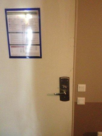 Adagio Aparthotel Val d'Europe: Security Lock removed from door