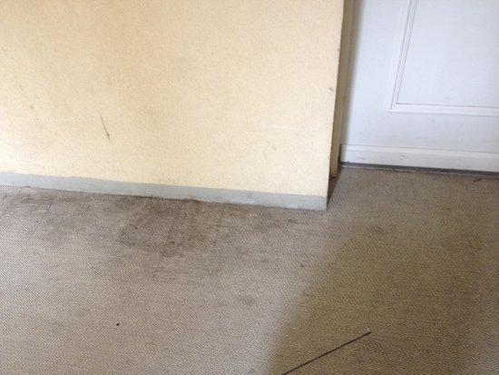 Adagio Aparthotel Val d'Europe: More carpet stains