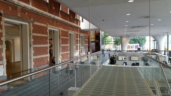 Museo Nacional de Arte Moderno (Stedelijk Museum): Entrance hall: general view of old and new