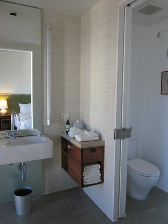 H2 Hotel: bathroom with tiny vanity