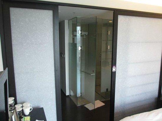 Mercure Seoul Ambassador Gangnam Sodowe : sliding wall between bedroom and bathroom