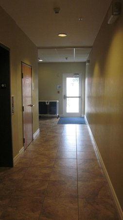 Holiday Inn Express Lake Wales N - Winter Haven: Pool, elevator and vending 1st floor