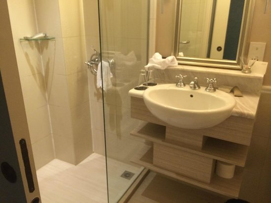 The Scarlet Singapore: Bathroom