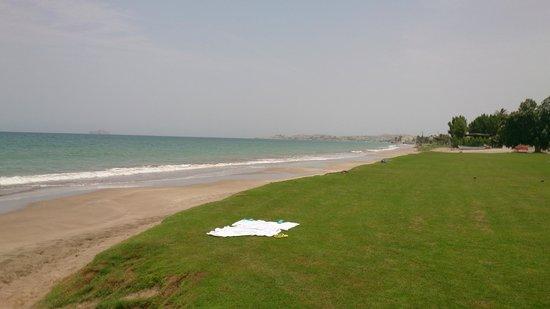 Grand Hyatt Muscat : Great walk along an empty and clean beach.
