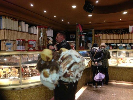 Relais Maddalena: The Best Gelato store EVER! Around the corner, 30 second walk