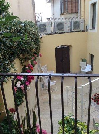 Porta del Tocco Design Suites: The courtyard