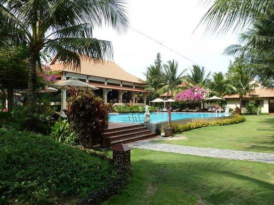 Sunny Beach Resort: бассейн рядом с рестораном