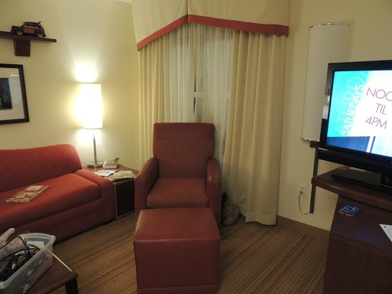 Residence Inn Hattiesburg : Easy with Ottoman, TV