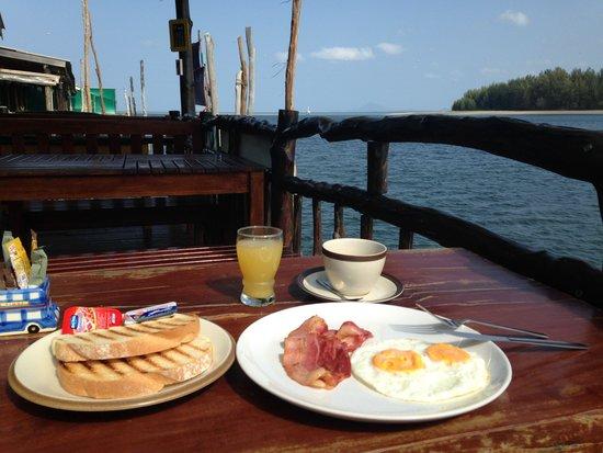 Catfish Bookshop & Restaurant : Breakfast by the sea