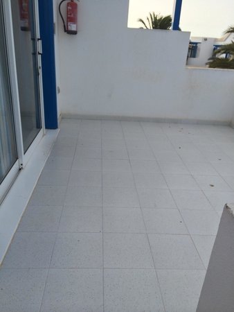 HL Paradise Island : Upstairs 2 bed balcony huge but not suitable for kids