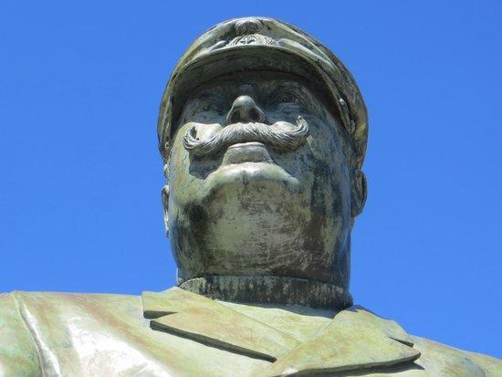 Cascais : Памятник КАПИТАНУ