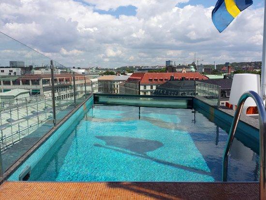 Avalon Hotel: Basseng og lounge på takterrassen