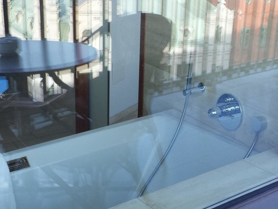 Avalon Hotel: Panoramavindu på badet