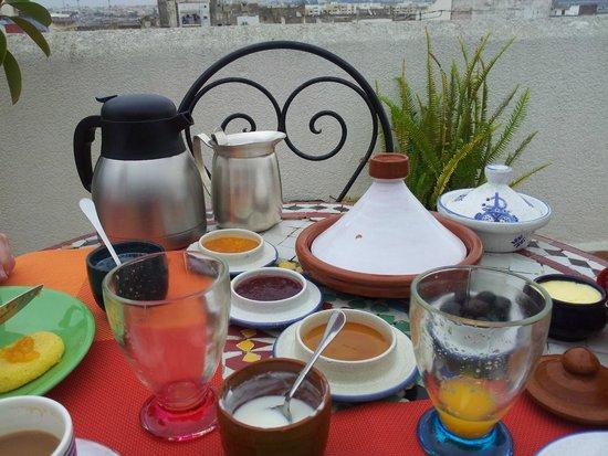 Riad Dar El Kebira : Breakfast on the roof terrace.