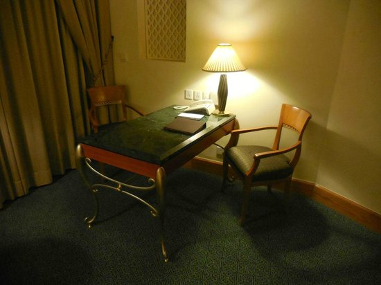 Grand Hyatt Muscat : Desk in the room