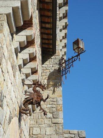 Castello di Amorosa: walls
