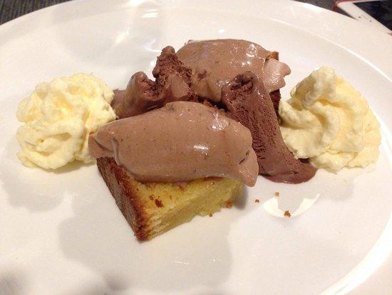 Eseteveinte: Brownie de chocolate blanco, con mousse de chocolate con leche, helado de chocolate negro y espu