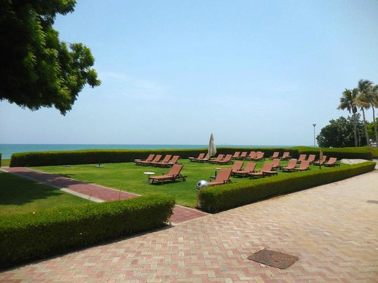 Grand Hyatt Muscat: Beach lounging area