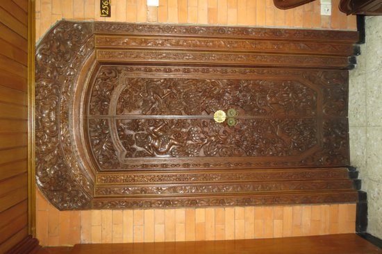 Puri Artha Hotel : The room door - padlock to lock it, but beautifully carved