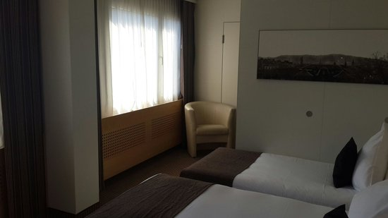 Crowne Plaza Zurich Hotel: The room