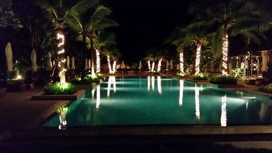 Layana Resort and Spa: Pool area at night