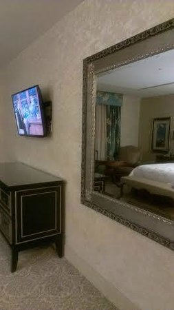 Woolley's Classic Suites - Denver Airport: The well appointed room