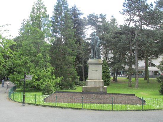Botanic Gardens: Statue of Lord Kelvin at the Entrance