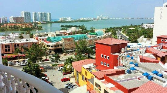 Hotel Riu Palace Las Americas: View south from wrap around bacony #652