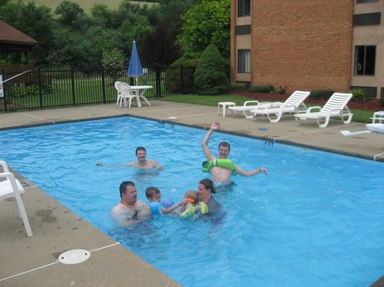 Comfort Inn Bluefield: Grandchildren in the pool with their Dad.