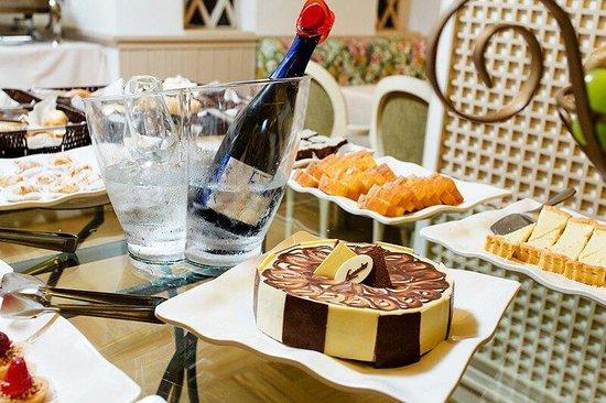 Hotel Lancaster: Café da manhã com direito a espumante e itens da Confeitaria mais conceituada da cidade.