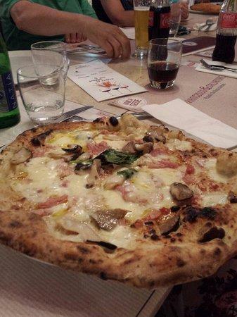 Pizzeria Salvo: Mozzarella,funghi,cotto