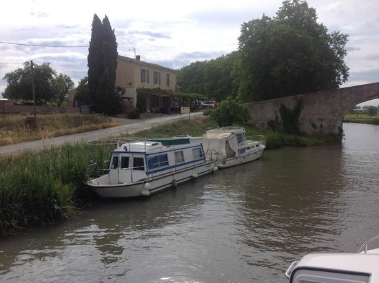 Le Chat Qui Peche : Nice restaurant right on Canal du Midi