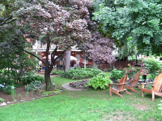 Brickhouse Inn Bed & Breakfast: The garden area