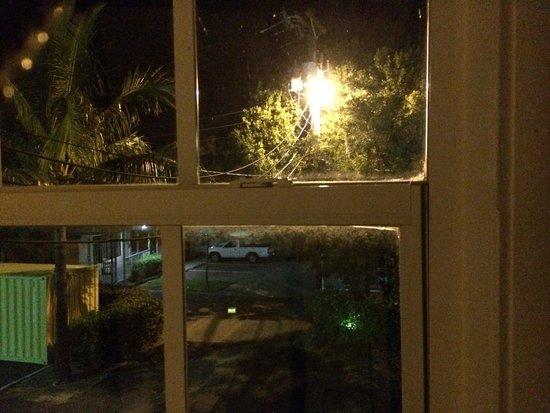 Postcard Inn Beach Resort & Marina: Thats a really bright light at night.