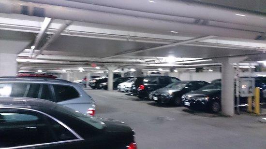Brookstreet Hotel : Parking