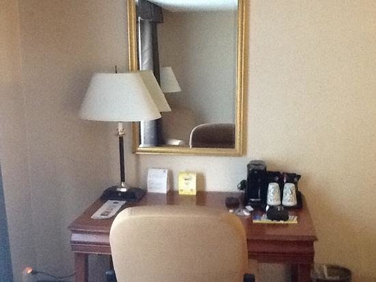 Holiday Inn Country Club Plaza: Room desk