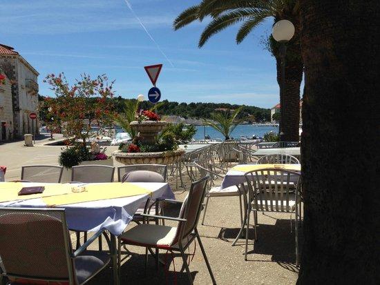 Restoran Fontana: On the bay at Milna