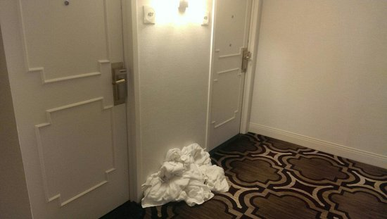 Crowne Plaza Atlanta Perimeter at Ravinia : Further down the corridor from my room.. at 8:30 pm!.. towels left on the floor all day.