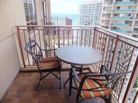Grand Waikikian by Hilton Grand Vacations: ベランダから少し海が見えます