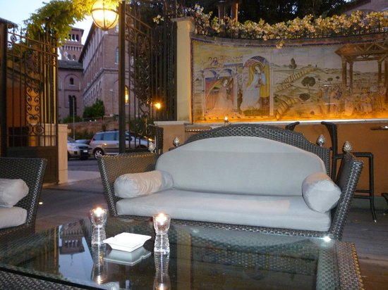 Hotel San Anselmo: Front outdoor sitting area